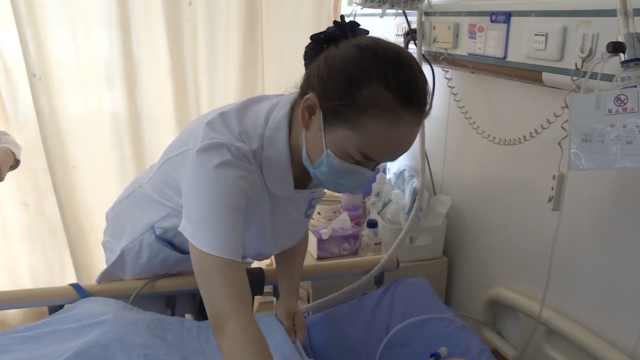 女子逛商场突然晕倒,路过两护士出手:救人是本能和本职工作
