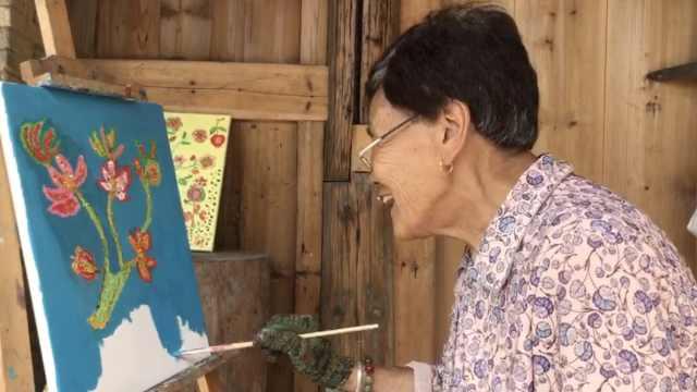 8旬奶奶不识字提笔就能作画,一幅最贵卖出600元