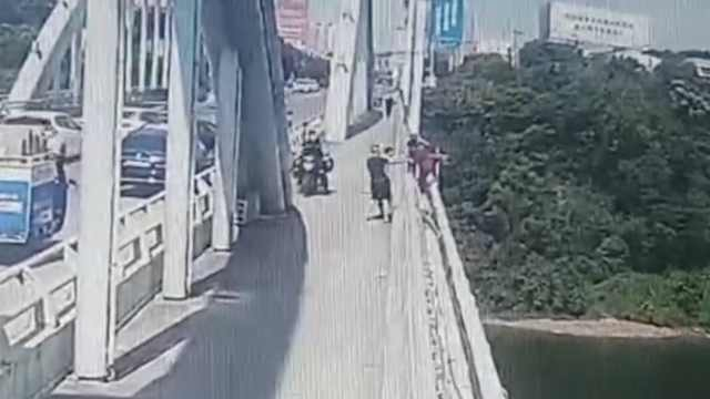 生死瞬间!过路司机一把拽住翻桥跳河老人:尽力去救