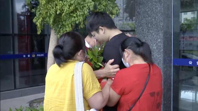 儿子被拐30年父母举牌找遍全国终相聚:俩弟弟为寻哥多次献血