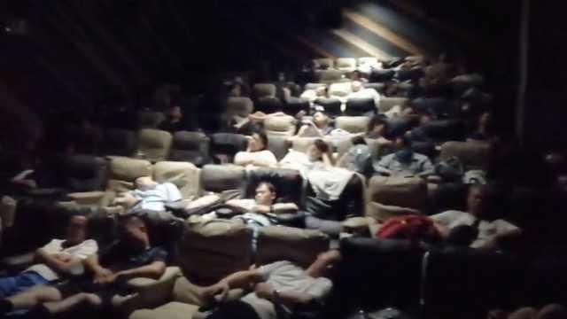 郑州一电影院收留上千市民过夜:男女分厅,怕他们失温遇险