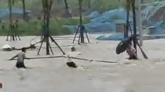 大巴载满乘客到郑州学习遇洪水,见女子冲走,3乘客跳水营救