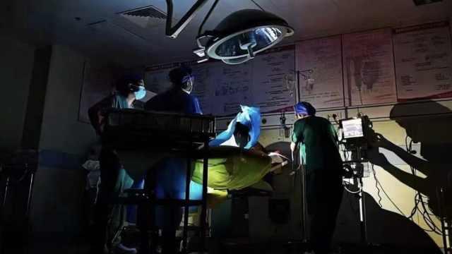 郑州产科医生打灯接生婴儿,护士感慨:一束光尽全力为你点亮