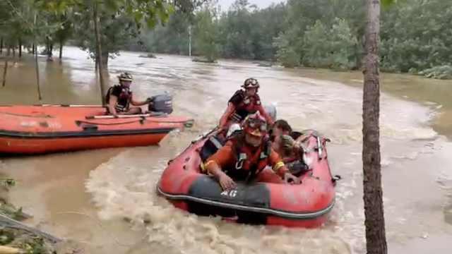 开封村庄一片汪洋,消防小哥抱孩子趟水,村民送水送物资致谢