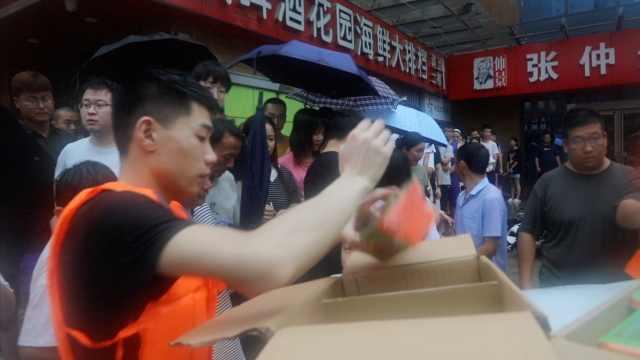 学生优先!郑州一培训机构500学生被困,志愿者跨300公里送粮