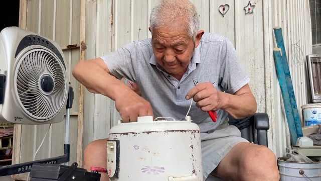 81岁老人免费为村民修家电60年:抗癌成功,坚持到干不动为止