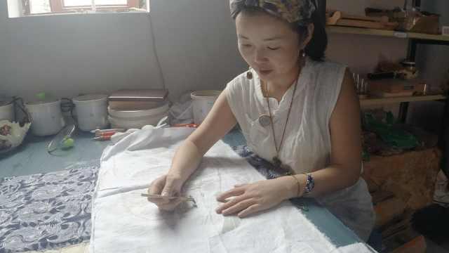 女研究生回乡做蜡染带当地60名妇女增收:有买卖才是最好传承