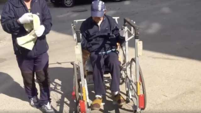 61岁大叔辞职照顾瘫痪父亲5年,自制超大轮椅可站立行走