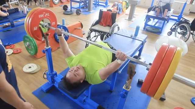 95后无腿小伙练举重:希望更高更快更强,拿奥运金牌