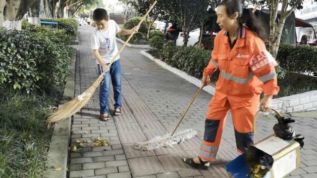 100个夏天|重庆12岁男孩帮环卫工妈妈扫大街4年:不爱玩手机