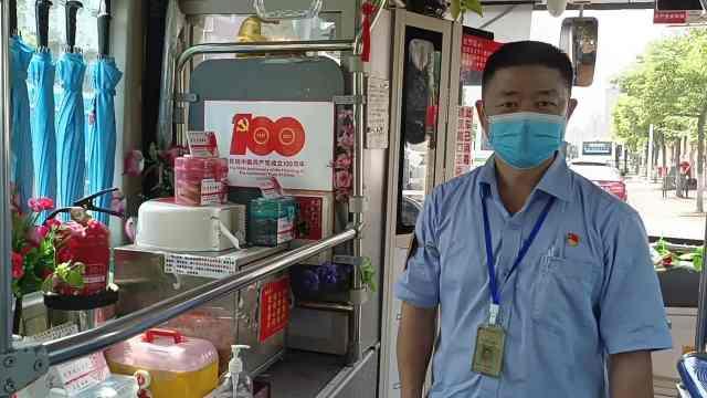 暖心!公交司机在车上自备防疫物资,精细到有小孩口罩和糖果