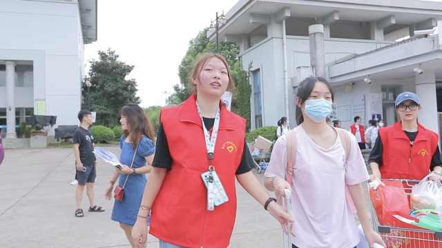 腿病准大学生回高中帮助迎新,校长感动喊话大学:请照顾好她