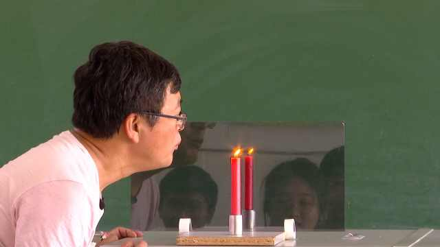 """宝藏老师 隔着玻璃吹灭蜡烛,老师把物理课上成""""魔术""""课"""