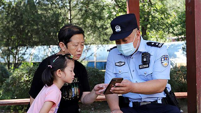 关爱老人见真情,穿警服的社区副书记:曹立根