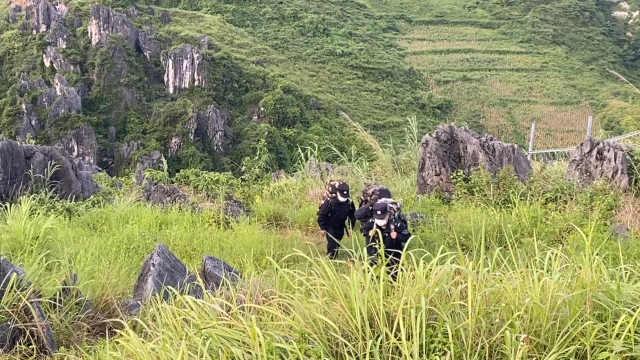 边境高山上的疫情防控点:民警背30斤物资上山执勤,曾摔伤骨折