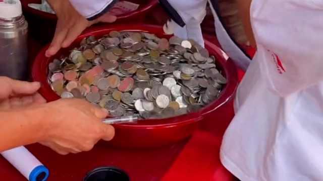好友婚礼男子用硬币随礼,轮到自己结婚收到一盆硬币回礼