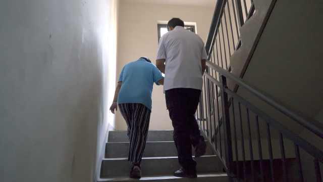 6旬夫妻打工火车上捡脑瘫女婴照顾28年:我们动不了时她咋办
