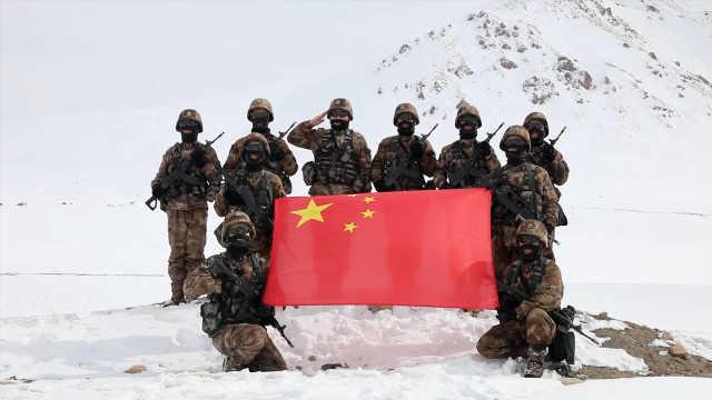 致敬!迎风雪蹚冰河爬雪山,实拍帕米尔高原边防官兵雪山巡逻