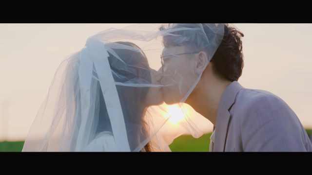 """从校服到婚纱,从""""喜欢你""""到""""嫁给你""""。"""