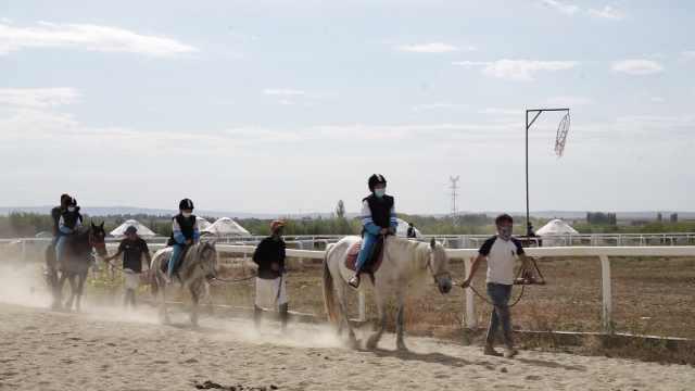阿勒泰近万名学生上课学骑马,是首个将马术纳入体育课的城市