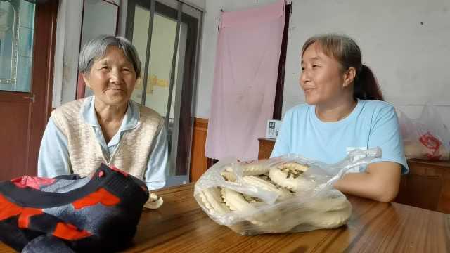 69岁母亲给女儿送馍17年:始终是一家人,边吃边盼团圆