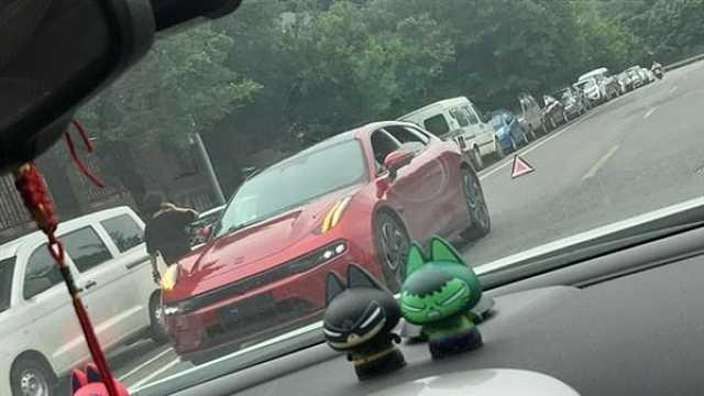 极氪001街头突发断电!车辆稳定性遭质疑