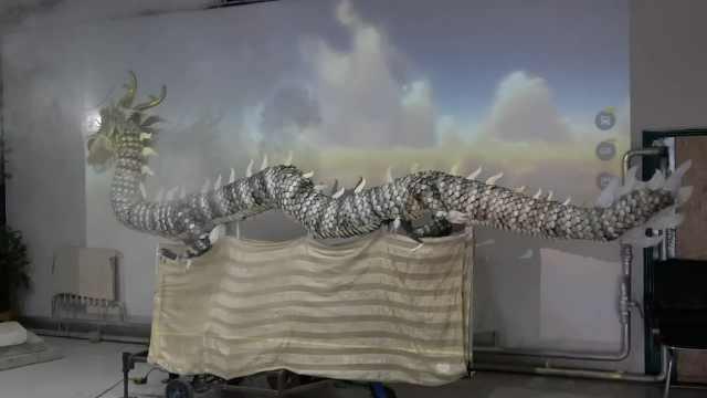 她用600张大马哈鱼皮制造出中国龙:能前后舞动,口吐烟雾
