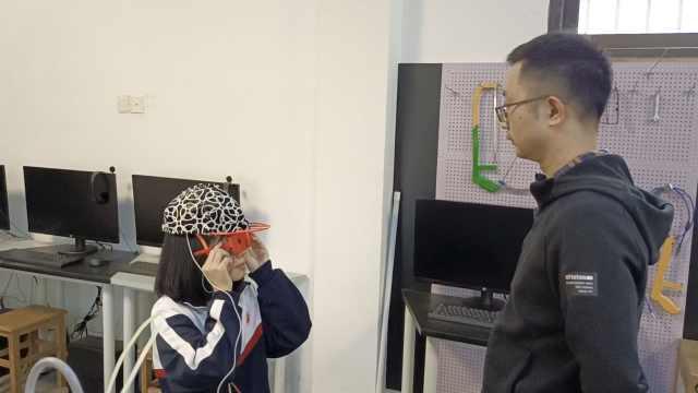 厉害了!女高中生为盲人研发智能设备,能人脸识别提醒障碍物