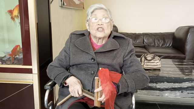 95岁奶奶住养老院自编自导自演百篇快板作品:让大家团结开心