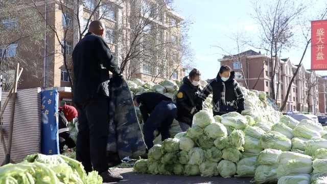 东北夫妻寒风中坚守卖20万斤白菜:两孩子争气,都考上了大学