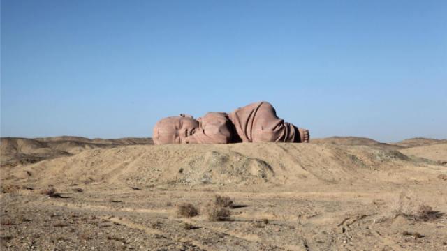 他为戈壁滩雕塑了一个孩子