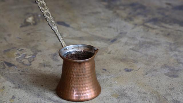 学做古老的,可以算命的土耳其咖啡
