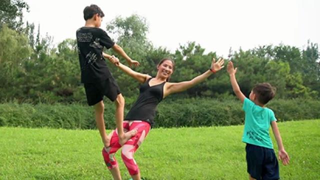 单亲妈妈与混血儿孩子的三人瑜伽