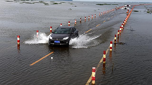 中国这条公路,竟然漂浮在水面上!