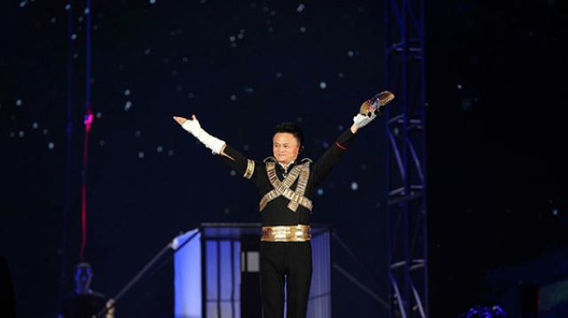 马云在阿里周年会上展示太空舞步