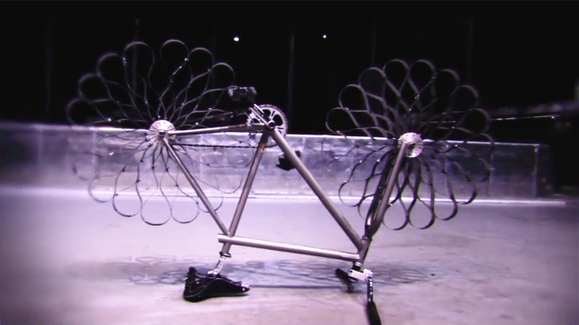 这自行车没轮胎,骑起来却不颠簸!
