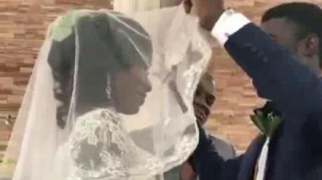 为新娘掀开头纱一瞬,新郎表情亮了