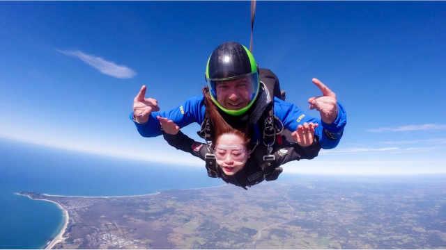 够胆就看,万米高空跳伞女生被吓哭