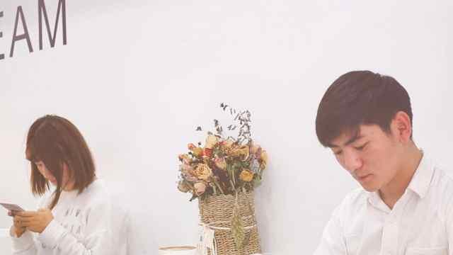 别出心裁,情侣创业咖啡店里卖鲜花