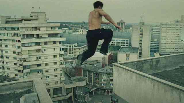 极限运动跑酷,在楼顶上跳跃
