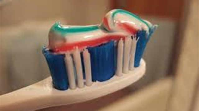 為什么牙膏擠出來都有豎著的彩條?
