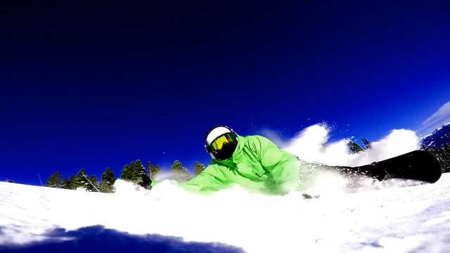 好酷!外国滑雪大神高难度炫技
