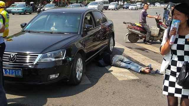 碰瓷遇到女司机,结果悲剧了。