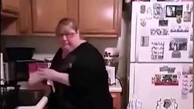 厨房惊现蜘蛛,妈妈被吓到癫狂