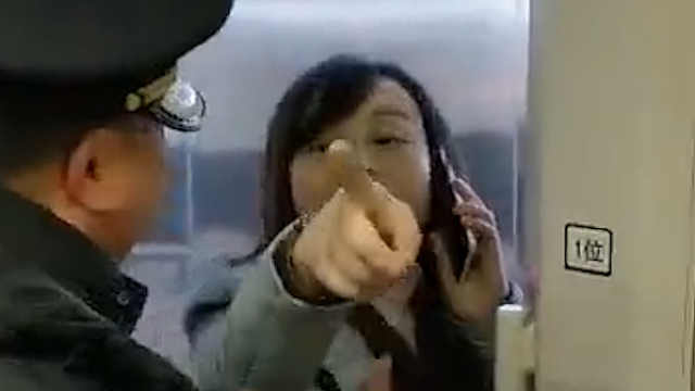 安徽:一女子执意阻碍高铁发车