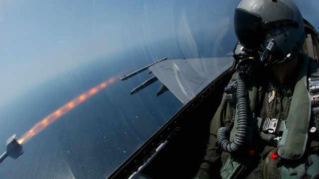 速度相同,在飞机上抓得到子弹吗?