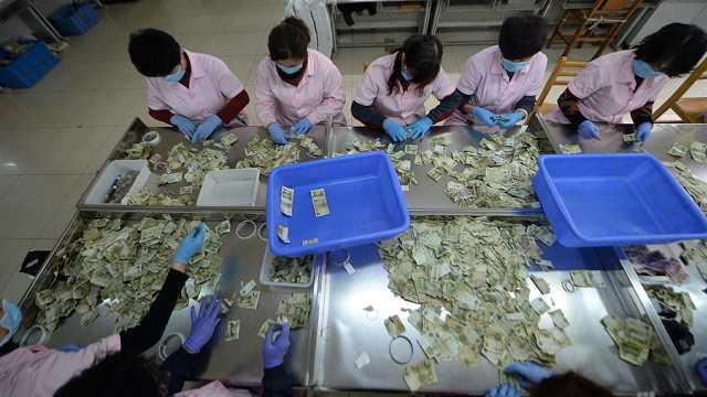 公交点钞员:日数万张纸币,数到抽筋