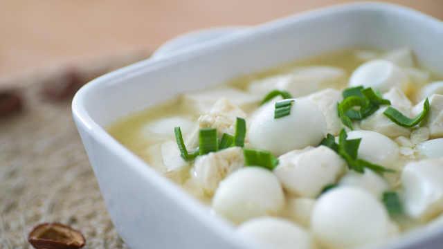 豆腐和鹌鹑蛋一起烧,竟然这么好吃
