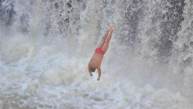 最牛老人,每天都玩悬崖跳水!