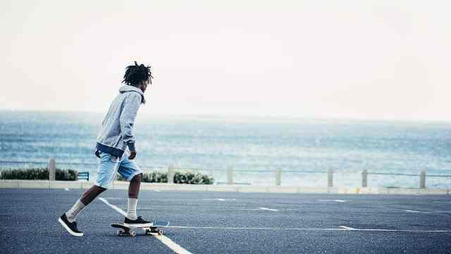 和喜欢的人一起踩着滑板去看海!